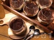 Лесн и бърз сладкиш Тирамису в чаша с бишкоти, маскарпоне, подсладено кондензирано мляко, кафе и сметана за десерт